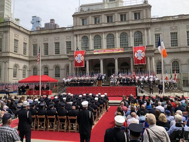 市消防局舉行年度表彰日活動,表提67名消防和救護人員。(記者金春香/攝影)