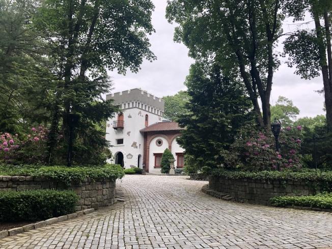 豪宅前綠樹成蔭,並有車道通向門前。(記者朱蕾/攝影)