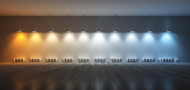 常用的室內照明色溫從暖黃色的2000K到冷白色的6500K不等。(取自亞馬遜網站)