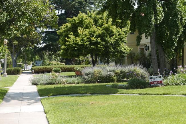 聖瑪利諾在售房屋數量攀新高,一條街上有多棟房屋正掛牌出售。(記者李雪/攝影)