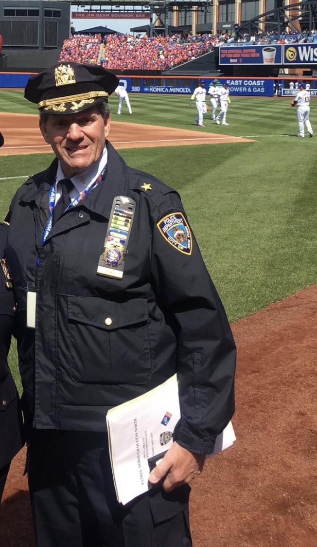 Steven Silks加入市警近39年,卻在退休前一個月自殺身亡。(取自皇后北區勤務指揮中心推特)