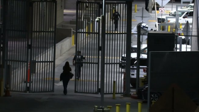 邊境警員在發生槍戰後前往支援。(KTLA電視台)