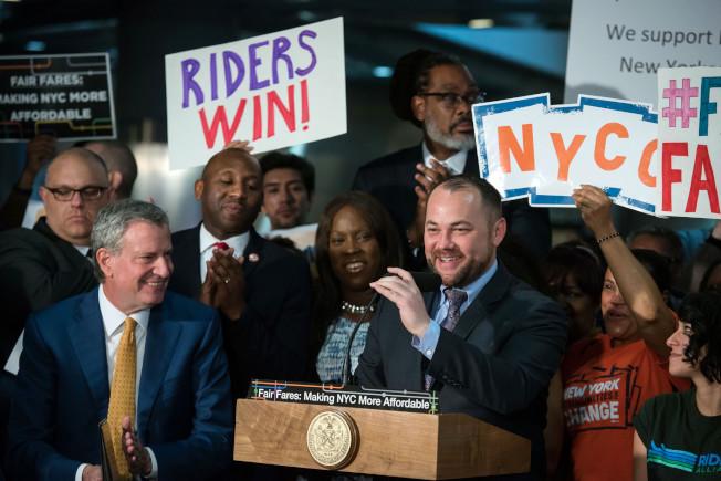 市長白思豪(前左)和市議長張晟(前右)宣布,目前已有超過5萬紐約市民註冊進入「公平票價」半價捷運卡項目。(市長辦公室提供)
