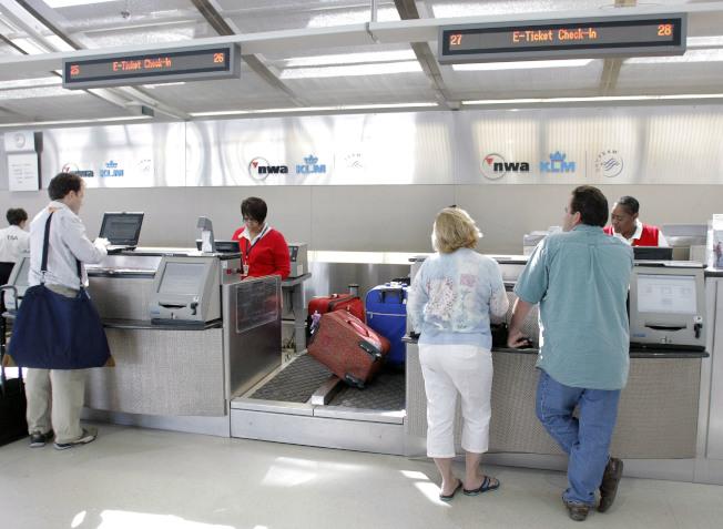 想省下行李費,一是減輕行李重量、二是善用旅行獎勵信用卡的免費托運行李優惠。(Getty Images )