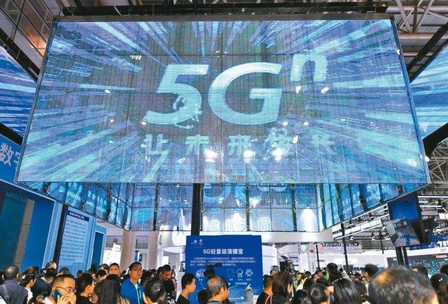 圖為五月中國民眾在中國聯通展體驗5G技術應用。 (中新社)