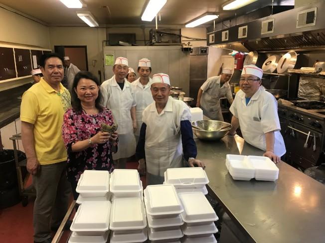 中華會館主席黃于紋(前左)表示,會館廚房每天需提供近500名耆老午餐。(特派員黃惠玲/攝影)