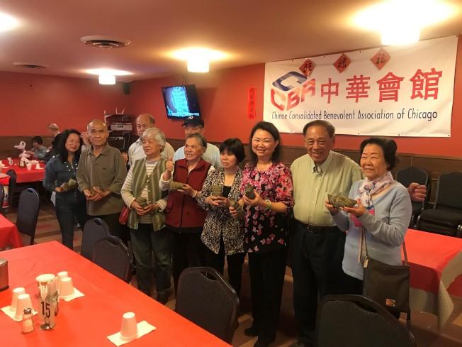 中華會館主席黃于紋(右三)致贈粽子給每位參加會館耆老餐的長輩。(特派員黃惠玲/攝影)