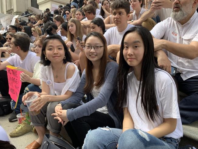 從史岱文森高中畢業的司徒穎瑜(前右三)支持廢除SHSAT,但湯森哈里斯高中學生林南希(前右一)不贊成。(記者和釗宇/攝影)