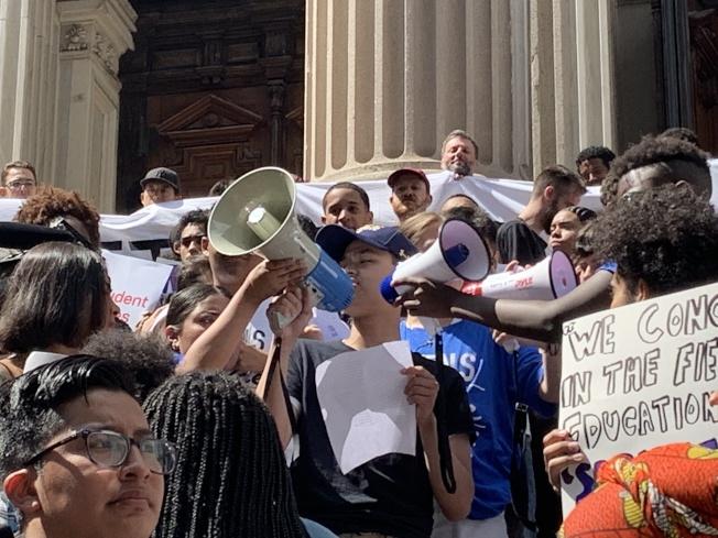 代表亞裔學生在集會上發言的佩斯高中學生潘佳仁表示,造成教育不公平的一大原因就是嚴苛的招生制度,很多無法獲得備考資源的學生就無法進入好學校。(記者和釗宇/攝影)