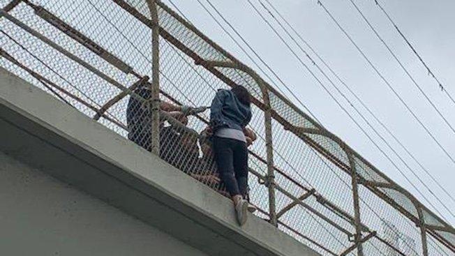 阿罕布拉市4月20日發生一起女性試圖跳橋自殺案,被路人和警員及時攔阻。(阿罕布拉市警局提供)