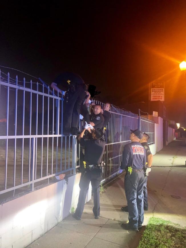 阿罕布拉市5日深夜發生女性在路邊企圖上吊自殺事件,幸好警員及時趕到救回一命。(阿罕布拉市警局提供)