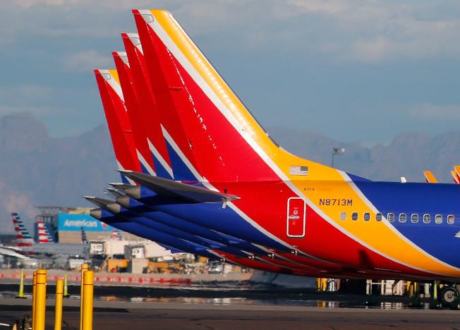 圖為西南航空公司多架波音737 Max客機停在鳳凰城機場。(Getty Images)