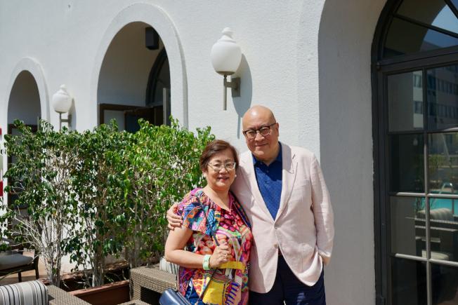 舞台劇「往事只能回味」主演之一、旅美著名歌唱家田浩江(右)與妻子廖英華在巴沙迪那接受世報專訪。(記者陳開/攝影)