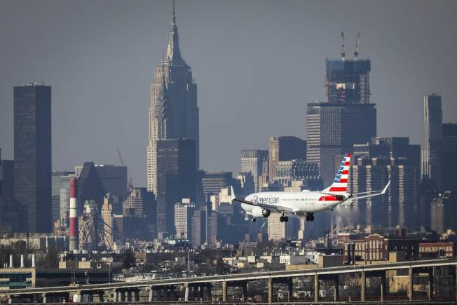 中國警告,赴美旅遊不安全,將衝擊美國的旅遊及航空市場。圖為一架美航客機飛抵紐約拉瓜地亞機場。(Getty Images)