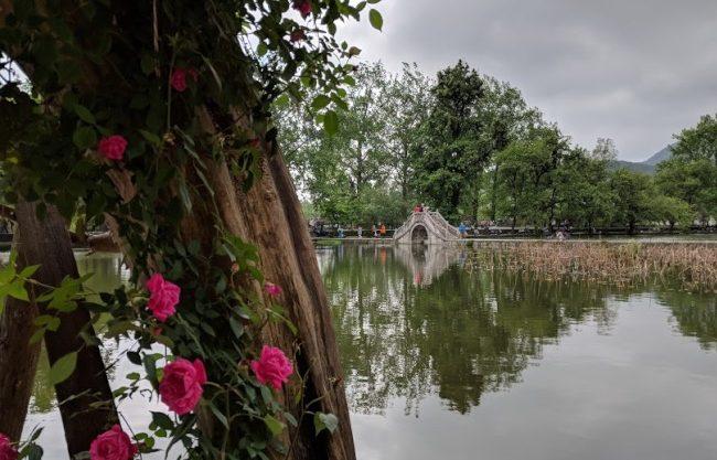 南湖的拱橋。