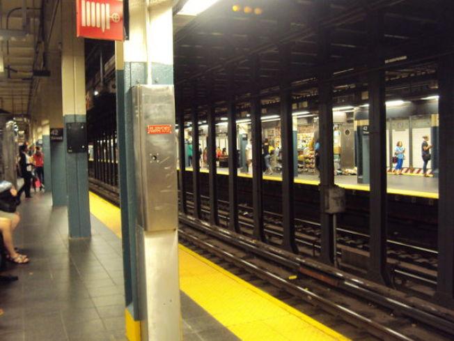 男遊民曼哈頓上西區地鐵被撞身亡,北向多條地鐵停運,通勤客被困近一小時。(記者張晨/攝影)