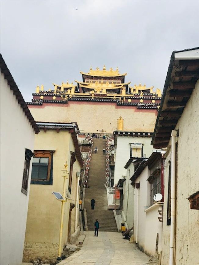 雲南規模最大的藏傳佛教寺廟-噶丹松贊林寺。