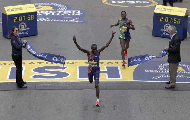 圖為2019年波士頓馬拉松賽的第一名,僅前三名有獎金。(美聯社)