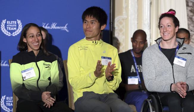日本選手川內優輝(Yuki Kawauchi,中)獲得2018年波馬男子組冠軍。(美聯社)