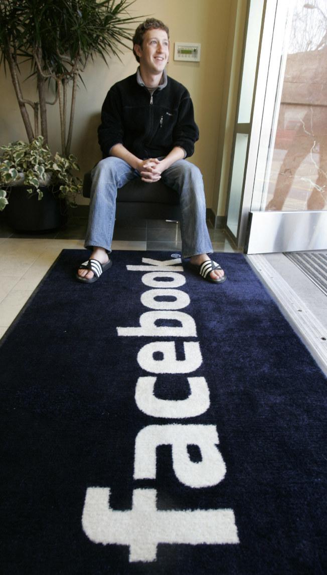 哈佛大學輟學生查克柏格坐在他創辦的Facebook社群網站公司總部。(美聯社資料照片)