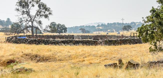 1858年華工用石建成的牛欄,至今仍在使用中。(圖皆為作者提供)