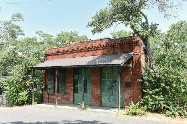 這座位於主街路口的磚樓,建於大約1858年,曾是中國營的郵政局和訪客中心,一直到1980年代才被廢置。
