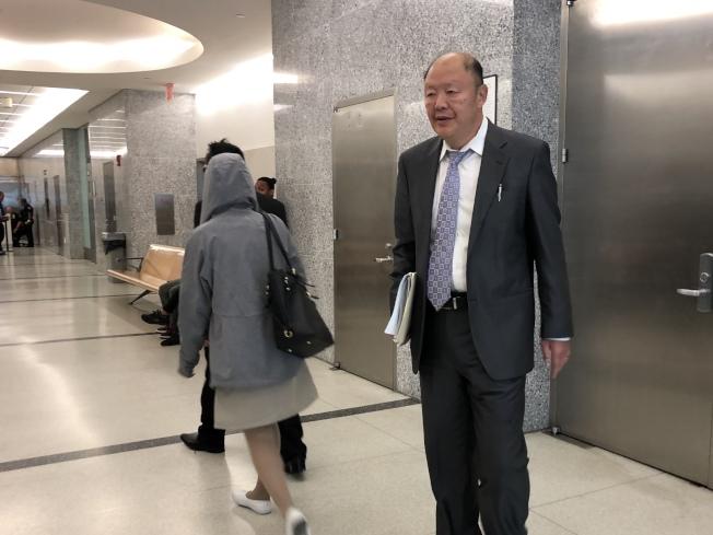 鄭斌與妻子在庭審後戴著墨鏡匆匆離去,右為代表律師翁振信。(記者顏潔恩/攝影)
