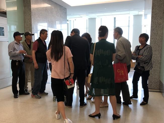 盧勇的十多名親人在庭審後與律師討論。(記者顏潔恩/攝影)