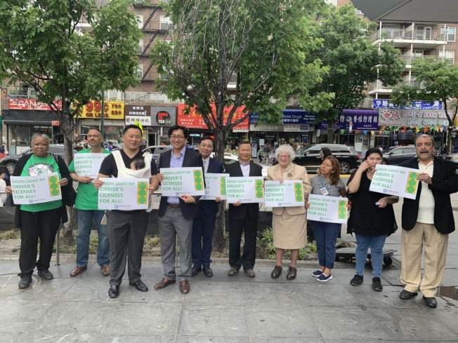 金兌錫(左三起)與John Park以及史塔文斯基(右四),呼籲州眾議會支持綠燈法案。(記者牟蘭/攝影)