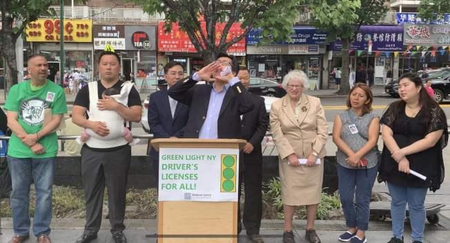 John Park(左四)呼籲「綠燈紐約法案」通過;左二為金兌錫,右三為史塔文斯基。(記者牟蘭/攝影)