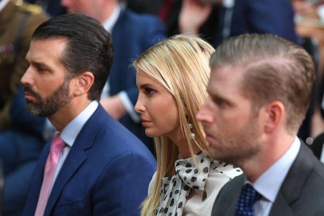 川普的兒子小唐納(左起)、女兒伊凡卡及兒子艾瑞克都隨他訪問英倫,圖為三人在倫敦出席川普的共同記者會,聆聽父親講話。(Getty Images)