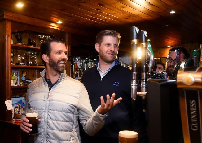 川普的兒子小唐納(左)和艾瑞克5日晚到愛爾蘭一家酒吧喝啤酒。(路透)