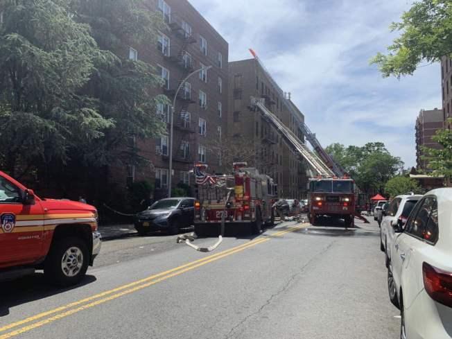 緬街夾富蘭克林大道的一棟公寓於8日上午突發三級大火。(記者牟蘭/攝影)