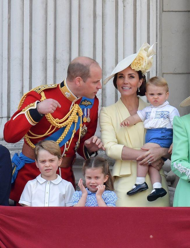 英國女王伊麗莎白二世的官方壽辰閱兵慶典,王室成員在白金漢宮陽台上觀看空軍表演。(Getty Images)