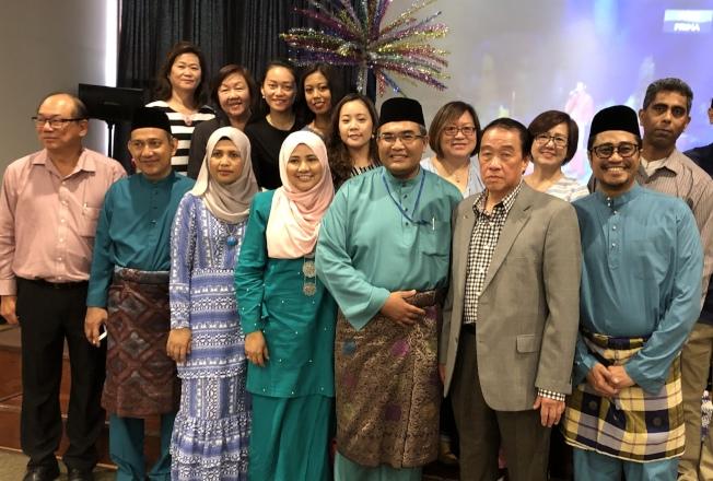 馬來西亞駐紐約總領事館日前慶賀開齋節,精心準備馬來傳統佳餚宴客,馬來西亞旅美聯誼會受邀出席;領事館外交事務臨時代表(chargé daffaires)Suhaimi Tajuddin表示,馬來西亞在1957年獨立後,同年就在紐約設立大使館;大馬作為多元族裔和文化的國家,重視各個族裔的佳節慶典,包括華人農曆新年、印度人屠妖節、還有其他少數族裔的節日等,即使在國外也秉持著互相包容的理念。(圖:主辦方提供;文:記者顏潔恩)