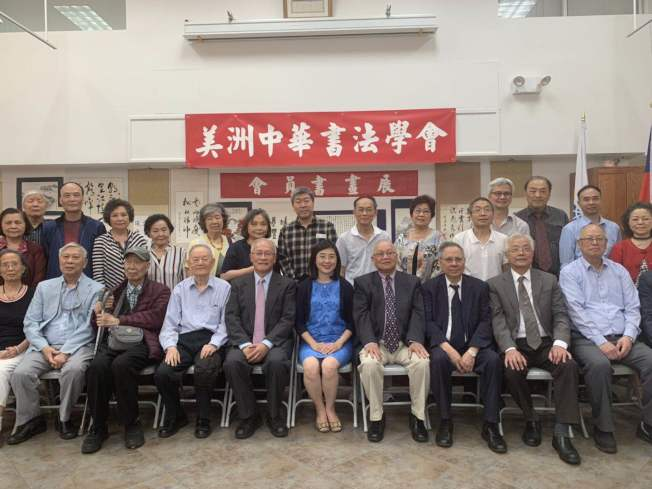為傳播中華文化,美洲中華書法學會日前在紐約華僑文教服務中心舉辦會員書畫聯展,邀請40多位會員帶來書畫作品,會員從20歲左右至105歲,還包括多位外族裔參展者;會長虞文輝表示,該會成立44年,多年來堅持在法拉盛的紐約華僑文教服務中心與曼哈頓華埠的中華公所舉辦書畫聯展,旨在傳播中華文化,讓更多書畫同好者對書畫產生興趣,為協會注入新血。(圖與文:記者牟蘭)