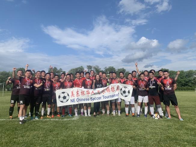 年度美東華人足球盛會「美東杯」日前舉行,吸引33支球隊、870名足球愛好者參與,創下該賽自1997年開辦以來規模最大紀錄;兩日賽事中最終由新港UIUC隊和哥大華人足球隊分別獲公開組冠、亞軍;紐約世華聯和紐約長島華夏隊也分別獲40歲組的冠、亞軍;新澤西老炮隊和北大常青隊則分別獲50歲組的冠、亞軍。(圖:主辦方提供;文:記者賴蕙榆)