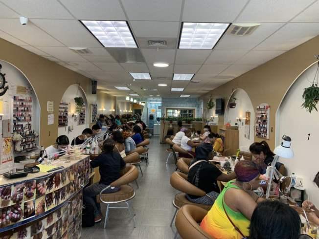 該美甲店4日發生一起襲擊事件,華裔店員被潑洗甲水。(記者牟蘭/攝影)