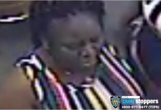 該名非洲裔女性於4日在皇后區牙買加華裔經營的美甲店內向一名華裔店員潑洗甲水,遭到警方通緝。(市警提供)