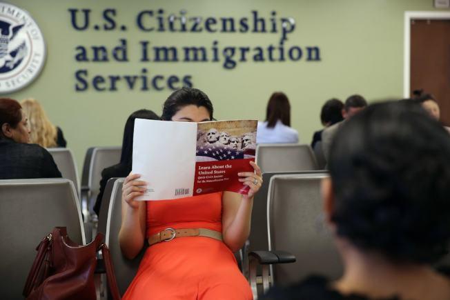 如今不少申請者表示,移民官問題愈發刁鑽。(取自Getty Image)