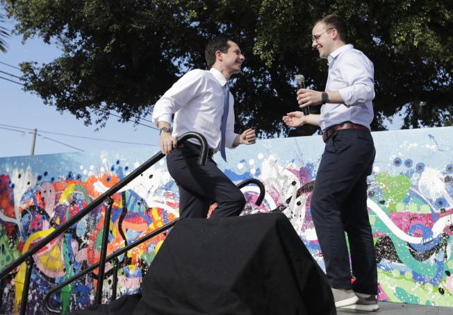 爭取民主黨2020總統候選人提名的布塔朱吉(左)與他的同志丈夫共欠下逾13萬元學貸,圖為兩人在佛州邁阿密出席競選募款活動。(美聯社)