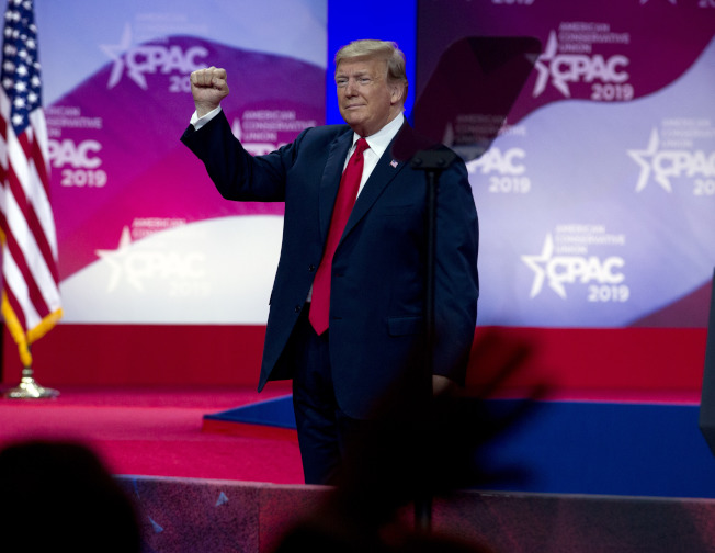 川普總統7日推文,宣布與墨西哥達成免徵關稅的協議,取得政治上的勝利。(美聯社)