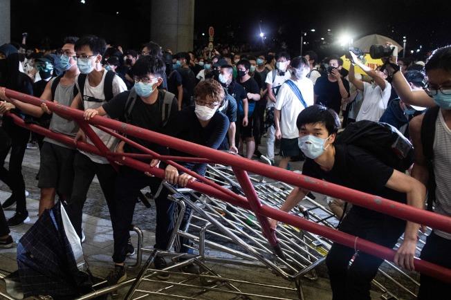 香港「反送中」遊行與警爆發衝突,大約百名示威者被捕。(Getty Images)