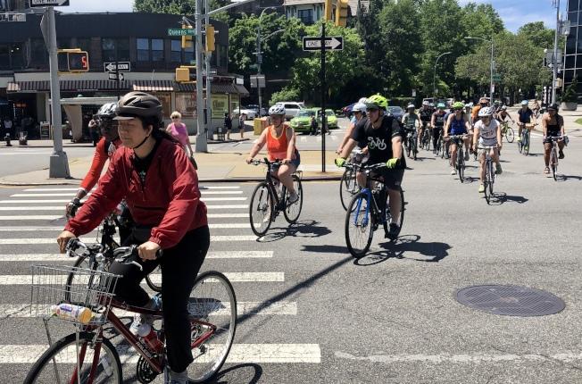近百名自行车骑士参加皇后区骑行活动。(记者朱蕾/摄影)
