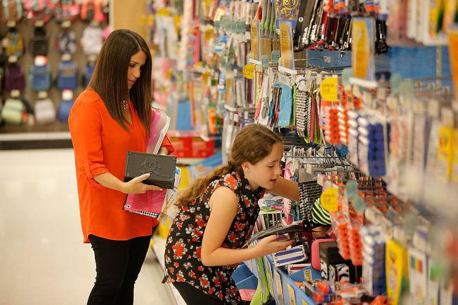 新學期會用到的學用品,專家建議趁未漲價前現在先買。 (Getty Images)