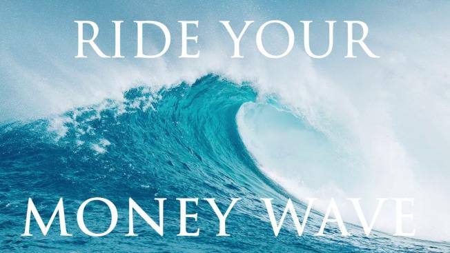 35歲高中教師魏哲透過各種副業,已存有100萬元的退休儲蓄。他的其中一個副業是經營財經主題的播客「Ride Your Money Wave」。(取自YouTube)