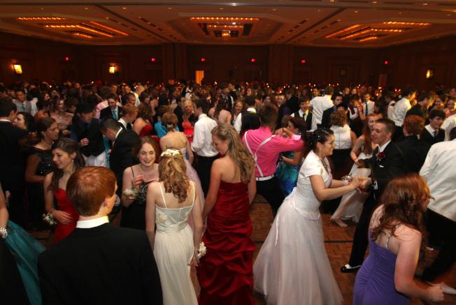 高中畢業舞會不要因為沒有男伴或女伴而輕易放棄。(MCT)