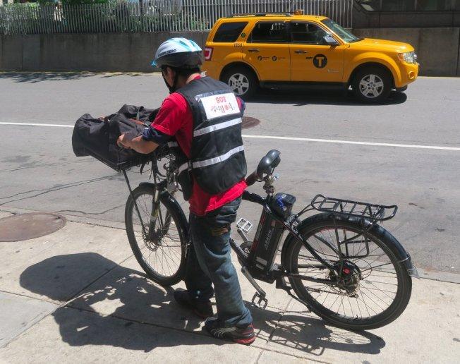 交通維權組織呼籲紐約市對全動力電單車合法化,停止針對以移民為主的電單車外賣郎的執法。(取自推特)
