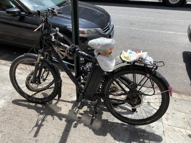 近幾周來,紐約市警不斷加大力度針對電單車外賣郎執法。(記者和釗宇/攝影)