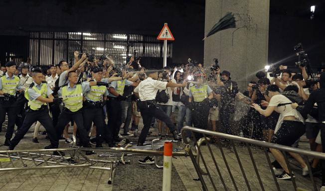 港人反對港府修改「遣返修例」9日出動上街頭大遊行抗議,與維安港警發生多起衝突。(美聯社)